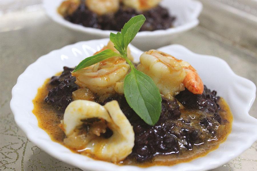 foto-divulgacao-receita-arroz-negro-com-frutos-do-mar