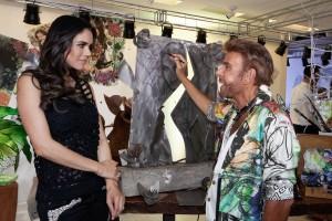 Apresentadora Daniela Albuquerque com o artista esculpindo sua musa